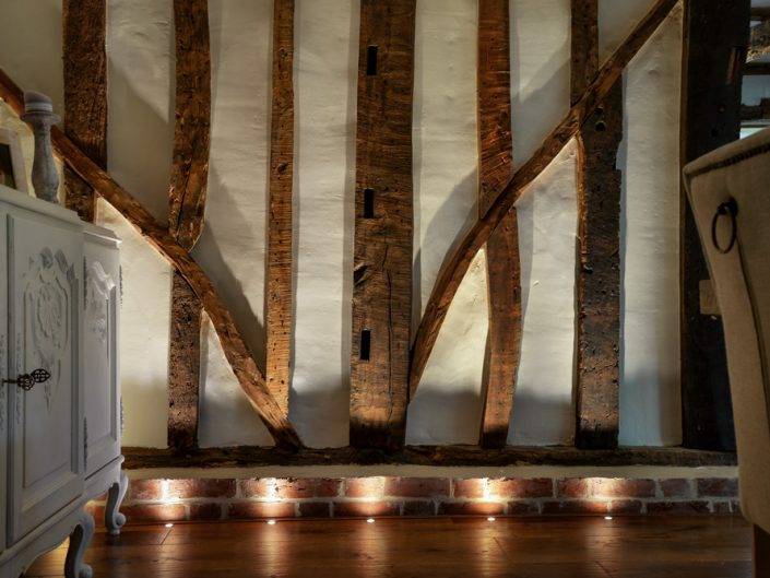 Lighting wooden beams with floorlights